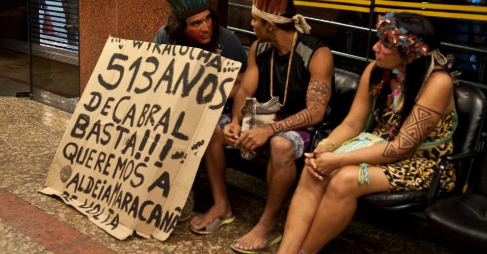 27.jun.2013 - Indígenas da aldeia Maracanã aguardam parecer do Tribunal Regional Federal, no Rio de Janeiro, nesta quinta-feira. Todos os processos relacionados às questões da aldeia, inclusive o que trata da posse do Museu do Índio, continuam parados, sem julgamento de mérito