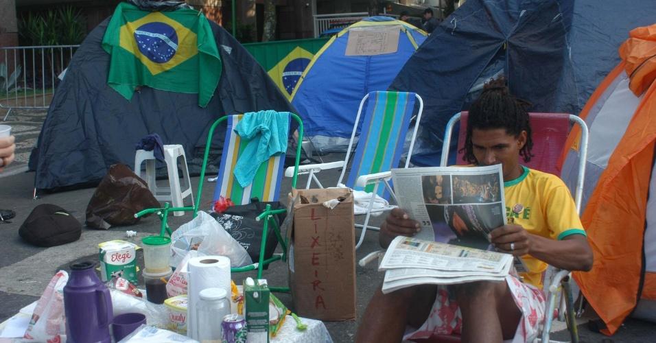27.jun.2013 - Manifestantes continuam acampados na esquina da avenida Delfim Moreira com a rua Aristides Espíndola, no Leblon, zona sul do Rio de Janeiro, perto da casa do governador Sérgio Cabral. O protesto começou no fim da tarde da última sexta-feira (21) e, segundo os manifestantes, só vai terminar quando o governador entrar em contato com eles