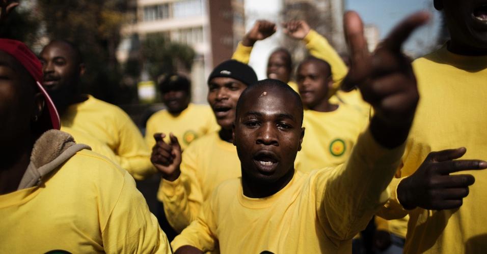 27.jun.2013 - Membros e simpatizantes do partido Congresso Nacional Africano (ANC, na sigla em inglês) dançam na frente do hospital onde está internado Nelson Mandela, em Pretoria, na África do Sul