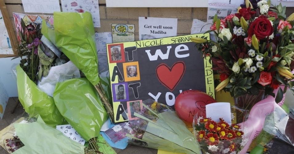 27.jun.2013 - Mensagens de apoio são colocadas no muro do hospital em Pretoria, na África do Sul, onde Nelson Mandela está internado desde o dia 8 de junho devido a uma infecção pulmonar