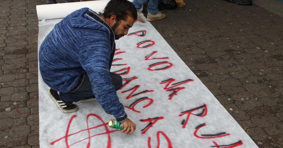 27.jun.2013 - Movimentos sociais e sindicatos de trabalhadores realizam protesto em frente ao metrô Capão Redondo, na zona sul de São Paulo, na manhã desta quinta-feira (27). Entre as reivindicações, eles pedem a expansão do metrô até o jardim Ângela, o passe livre e a construção de um hospital no Capão Redondo