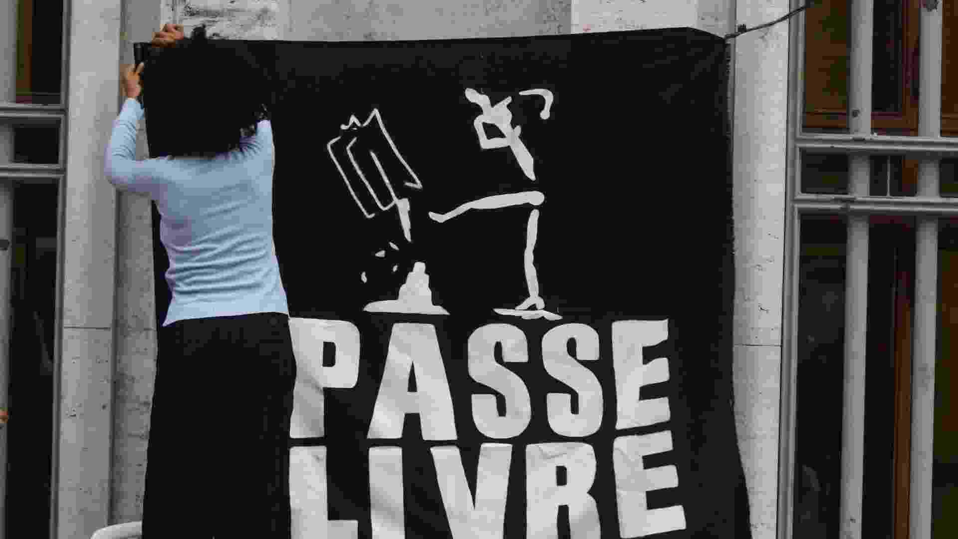 27.jun.2013 - O MPL (Movimento Passe Livre) fez uma aula pública sobre tarifa zero em frente à Prefeitura de São Paulo, na tarde desta quinta-feira (27) - Marcos Bezerra/Futura Press