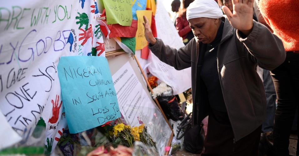 27.jun.2013 - Mulher ora durante concentração de admiradores de Nelson Mandela em frente ao Hospital do Coração Mediclinic, em Pretória, na África do Sul, onde o ex-presidente sul-africano está internado em estado crítico