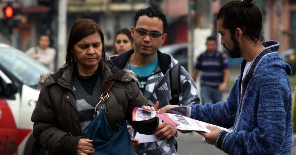 27.jun.2013 - O Movimento Luta Popular realiza protesto em frente ao metrô Capão Redondo, na zona sul de São Paulo, na manhã desta quinta-feira (27). Entre as reivindicações, eles pedem a expansão do metrô até o jardim Ângela, o passe livre e a construção de um hospital no Capão Redondo