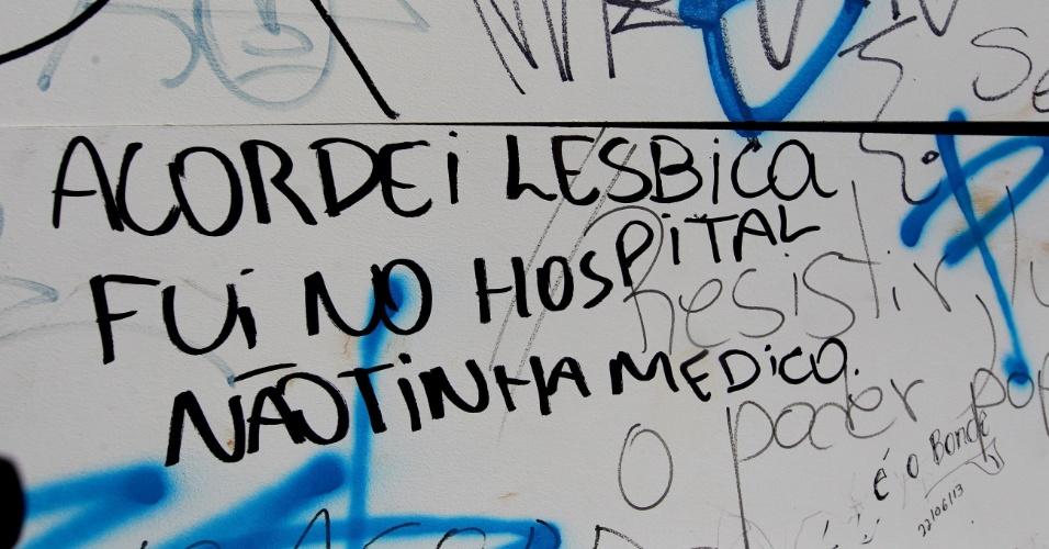 27.jun.2013 - Pichações e traços de vandalismo cobrem monumentos na Praça Sete no dia seguinte ao protesto que tomou as ruas de Belo Horizonte (MG). A manifestação começou de forma pacífica, mas terminou com confusão, confronto com policiais e vandalismo