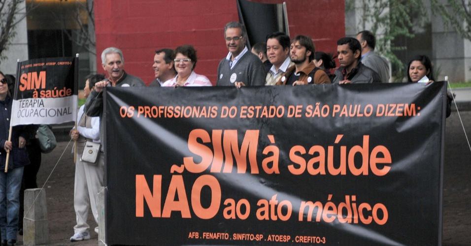 27.jun.2013 - Servidores da saúde protestam contra a proposta do governo federal de trazer médicos estrangeiros para atuar no país. O ato acontece na manhã desta quinta-feira (27), no vão livre do Masp (Museu de Arte de São Paulo), na avenida Paulista