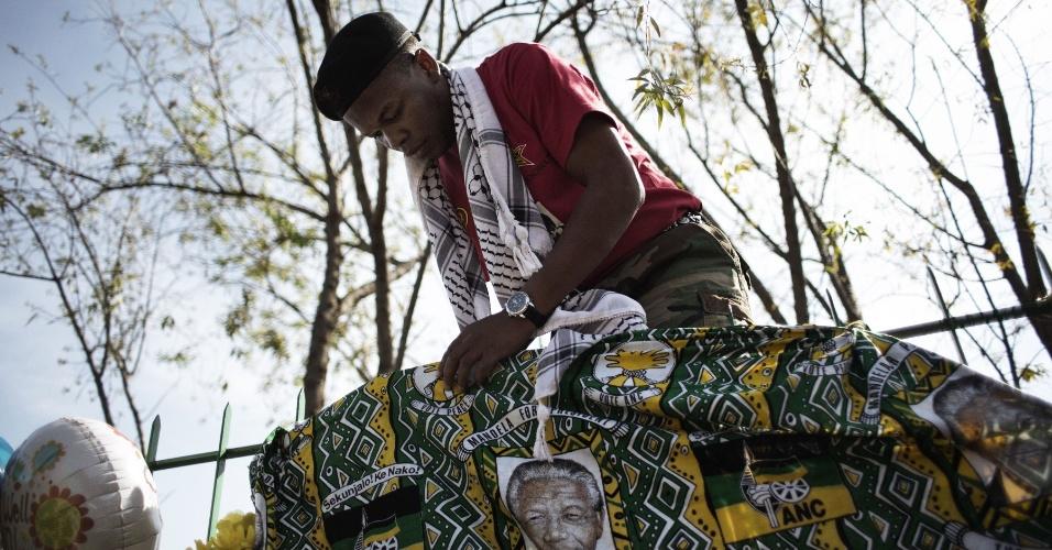 27.jun.2013 - Simpatizante do partido Congresso Nacional Africano (ANC, na sigla em inglês) pendura roupas em solidariedade ao estado de saúde crítico de Nelson Mandela do lado de fora do hospital onde o ex-presidente da África do Sul está internado desde o dia 8 de junho, em Pretoria