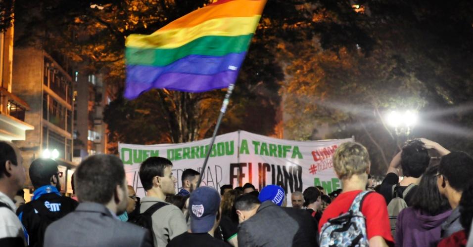 """28.jun.2013 - Comunidade LGBT (Lésbicas, Gays, Bissexuais, Travestis, Transexuais e Transgêneros) protesta contra a """"Cura Gay"""" e contra o deputado Marco Feliciano (PSC-SP), presidente da Comissão de Direitos Humanos da Câmara, na noite desta sexta-feira, no Largo do Arouche, centro de São Paulo"""