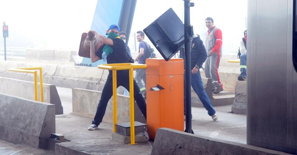 28.jun.2013 - Grupo de manifestantes que protesta contra o valor da tarifa do pedágio fechou na manhã desta sexta-feira a Rodovia Professor Zeferino Vaz (SP-332), entre as cidades de Cosmópolis e Paulínia, ambas no interior de São Paulo. Segundo informações da Polícia Rodoviária, o trânsito foi interrompido nos dois sentidos. Ao menos três cabines de cobrança foram incendiadas por manifestantes. O preço do pedágio é de R$ 6,20 para carros e de R$ 3,10 para motos