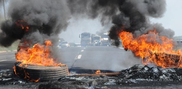 Manifestantes depredaram cabines de pedágio e placas de sinalização em Cosmópolis (SP)