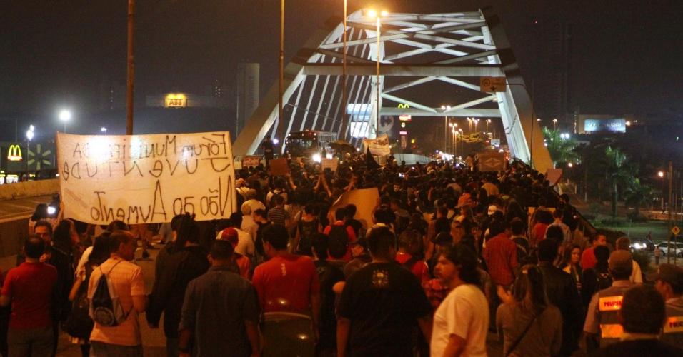 28.jun.2013 - Manifestantes fazem protesto no Largo de Osasco e seguem até a Prefeitura da cidade na Grande São Paulo, pedindo passe livre e reclamando contra os gastos na Copa das Confederações e na Copa do Mundo