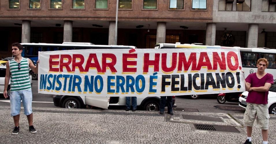 """28.jun.2013 - Manifestantes realizam protesto nesta sexta-feira, quando é comemorado o """"Dia do Orgulho Gay"""", contra o projeto apelidado de """"cura gay"""", do deputado federal Marco Feliciano (PSC-SP). A manifestação acontece na Candelária, no centro do Rio de Janeiro."""