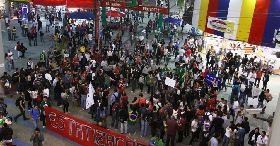 28.jun.2013 - Manifestantes realizam protesto no Largo de Osasco, na Grande São Paulo. Eles reivindicam passe livre e reclamam dos gastos na Copa das Confederações e da Copa do Mundo