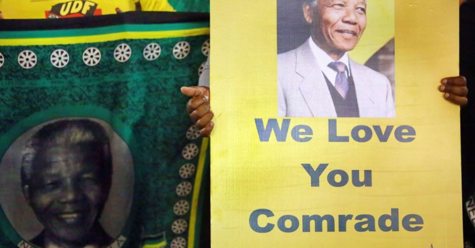 28.jun.2013 - Membros e simpatizantes do partido Congresso Nacional Africano (ANC, na sigla em inglês) fazem vigília em apoio a Nelson Mandela em frente ao hospital onde o ex-presidente da África do Sul está internado, em Pretoria