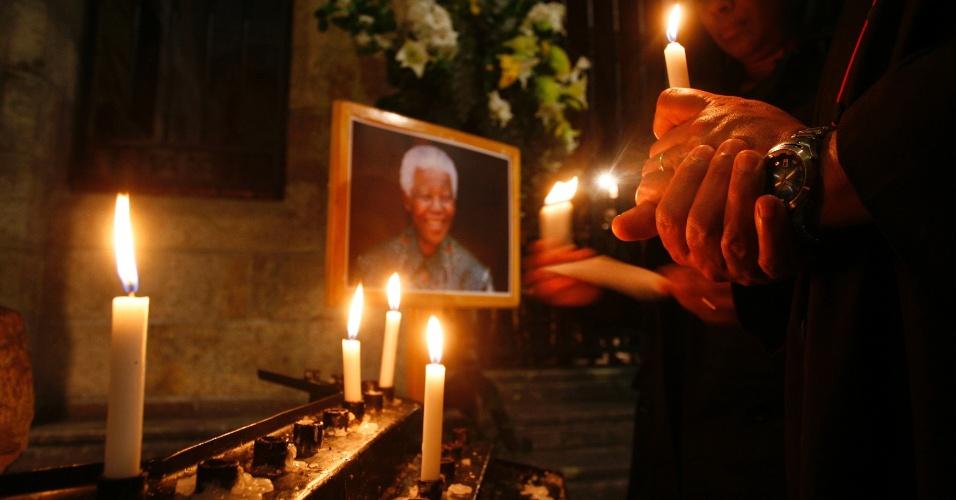 28.jun.2013 - Pessoas acendem velas na Catedral da Cidade do Cabo, na África do Sul, em apoio a Nelson Mandela, que está internado desde o dia 8 de junho em um hospital de Pretoria