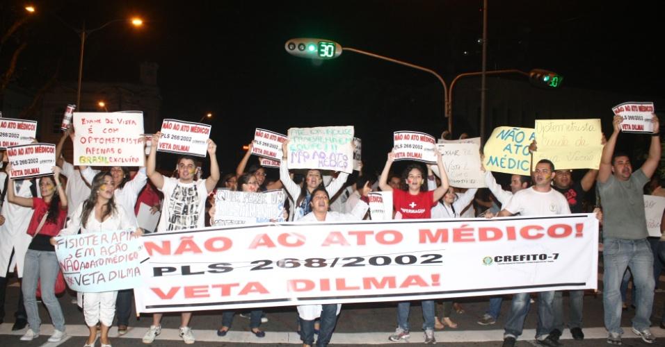 28.jun.2013 - Profissionais de saúde realizam protesto contra o Projeto de Lei (PL) 286, que trata do chamado Ato Médico, em Salvador