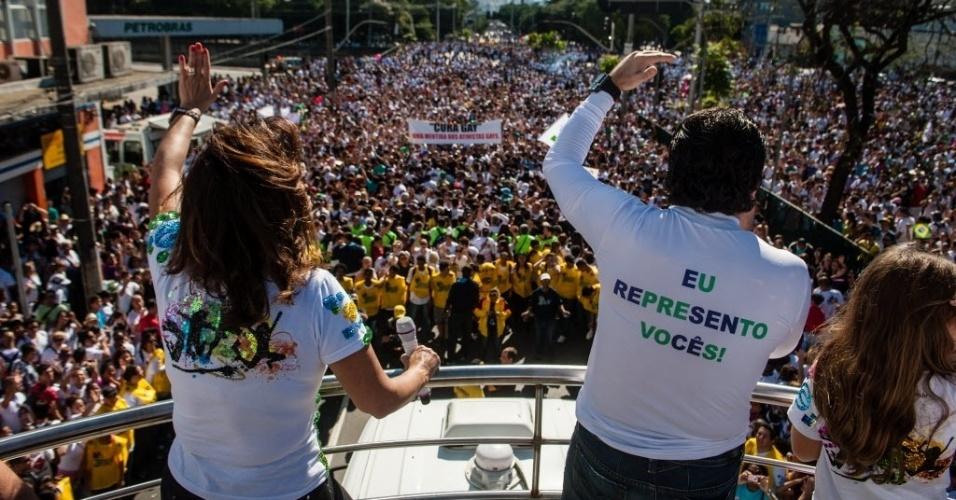 """29.jun.2013 - Deputado Marco Feliciano (PSC), pastor e presidente da Comissão de Direitos Humanos da Câmara veste camiseta com a frase:  """"Eu represento vocês!"""", na 21ª edição da Marcha para Jesus, que acontece hoje na zona norte de São Paulo"""