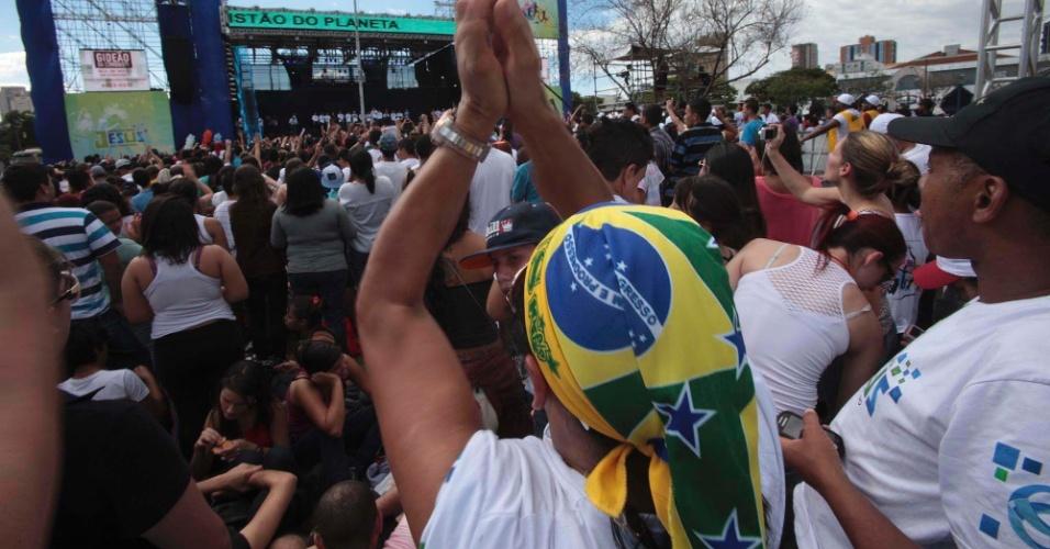 29.jun.2013 - Jovens descansam próximo ao palco dos shows da 21ª edição da Marcha para Jesus, em São Paulo