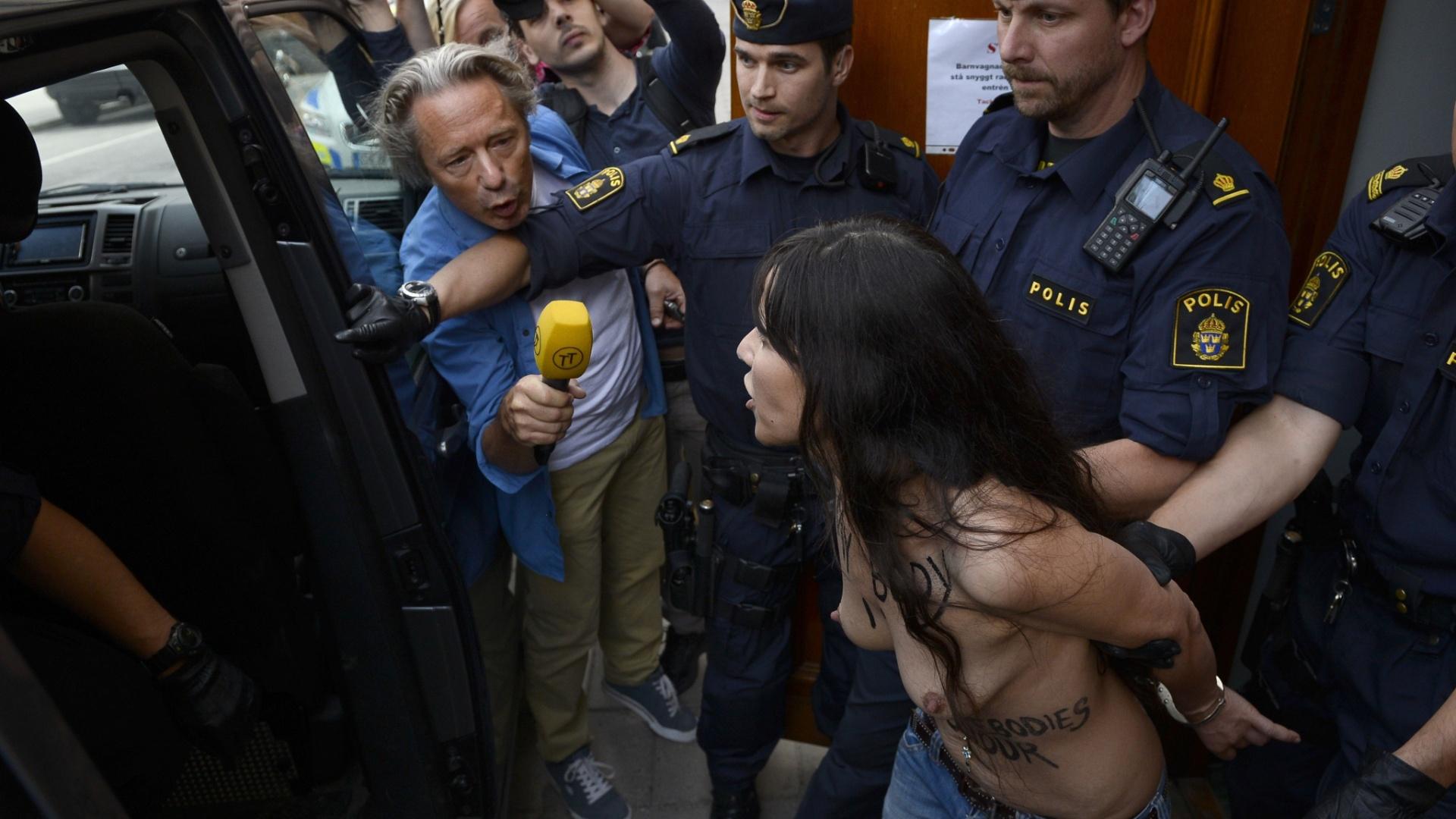 29.jun.2013 - Uma ativista egípcia pelos direitos das mulheres e duas outras integrantes do grupo Femen foram detidas pela polícia, na Suécia, neste sábado (29), depois de invadirem uma mesquita em Estocolmo para protestar contra as leis religiosas islâmicas