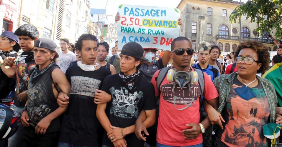 30.jun.2013 - Manifestantes do Movimento Passe Livre durante protesto realizado pelas ruas de Salvador neste domingo
