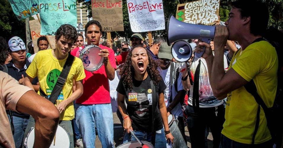 30.jun.2013 - Manifestantes do Movimento Passe Livre durante protesto realizado pelas ruas de Salvador neste domingo. O grupo seguiu do Campo Grande ao Vale dos Barris, onde a Polícia Militar montou um bloqueio aos acessos da Arena Fonte Nova