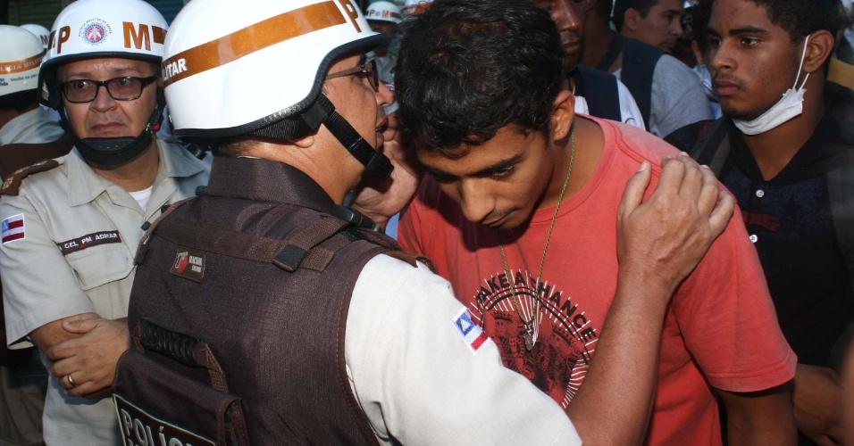 30.jun.2013 -  Policial conversa com manifestante durante protesto do Movimento Passe Livre realizado pelas ruas de Salvador neste domingo