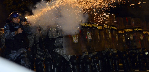 Policiais bloqueiam protesto no Rio durante a Copa das Confederações