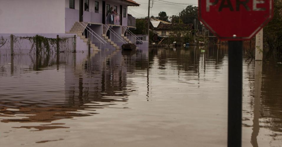 1º.jul.2013 - Bairro Navegantes, na cidade de União da Vitória (PR), fica alagado após as fortes chuvas que atingem a região. Foi decretado estado de emergência em 59 municípios do Estado
