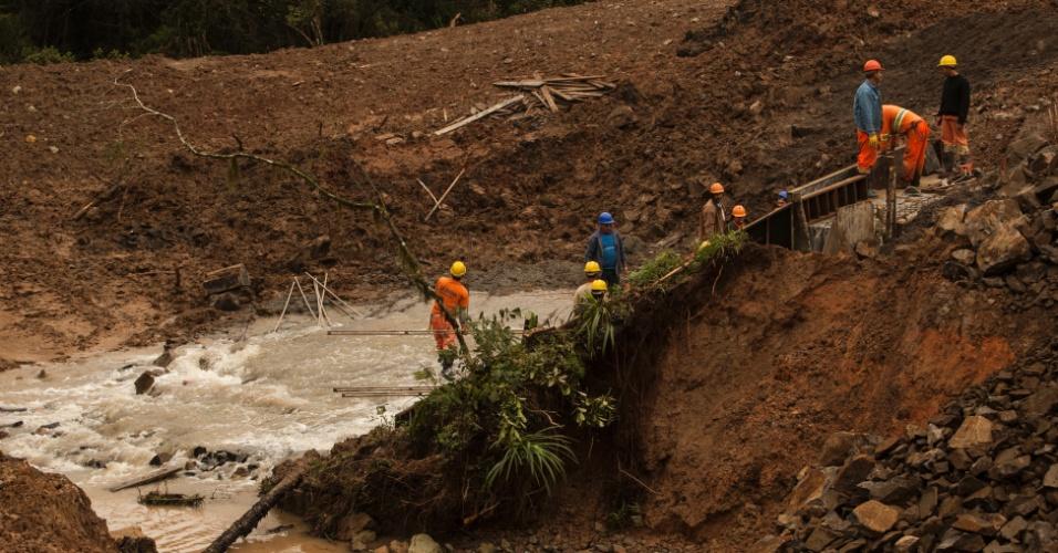 1º.jul.2013 - Funcionários trabalham na BR-476, na altura do km 329, próximo do trevo da cidade de Paulo Frontin, sul do Paraná, que foi atingida por deslizamento de terra por conta das fortes chuvas no Paraná. Foi decretado estado de emergência em 59 municípios do Estado