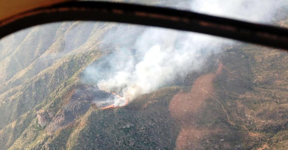 1º.jul.2013 - Imagem feita de helicóptero mostra a devastação causada por um incêndio florestal em Yarnell, no Arizona (EUA), na tarde do último domingo (30). Ao menos 19 bombeiros de um grupo de elite morreram enquanto combatiam o fogo nas colinas da cidade