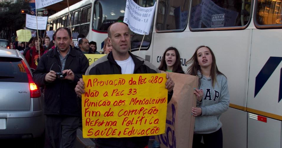 1º.jul.2013 - Manifestantes protestam contra a corrupção, entre outras causas, em Caxias do Sul (RS), nesta segunda-feira