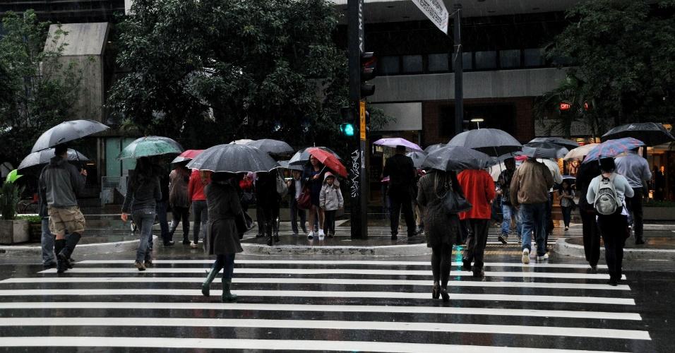 1º.jul.2013 - Pedestres enfrentam chuva na avenida Paulista, região central de São Paulo, na tarde desta segunda-feira (1º). Os termômetros variam entre 17ºC e 19ºC