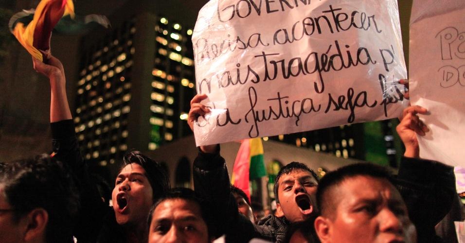 1º.jun.2013 - Cerca de 500 bolivianos protestam e pedem paz na frente do Consulado Geral da República da Bolívia no Brasil, na avenida Paulista, região central de São Paulo, nesta segunda-feira. A morte do garoto boliviano Bryan Yanarico Capcha, de 5 anos, assassinado durante assalto em São Mateus, na zona leste, causou revolta na comunidade boliviana