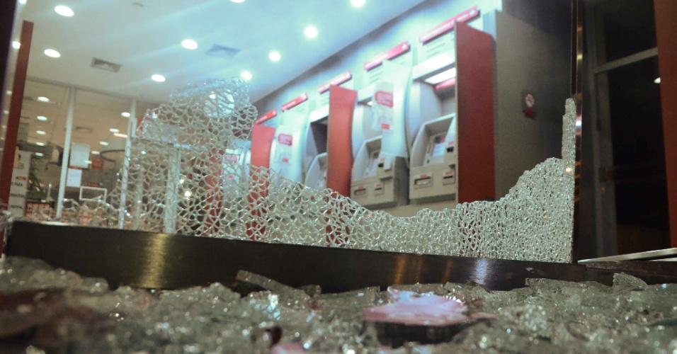 1º.jul.2013 - Agência bancária teve vidros quebrados durante manifestação pela redução das tarifas do transporte público em São Bernardo do Campo, no ABC Paulista. Houve confronto entre manifestantes e policiais