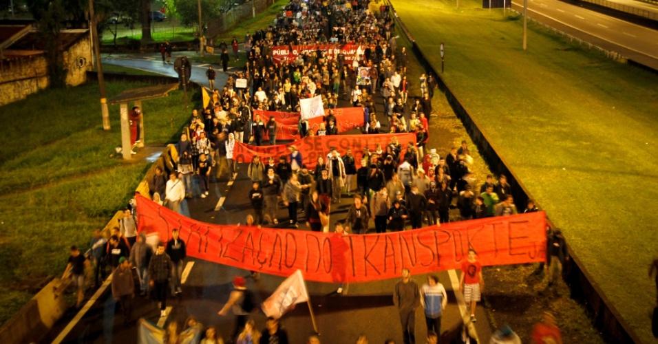 1º.jul.2013 - Manifestantes bloquearam a rodovia Anchieta em São Bernardo do Campo, no ABC Paulista, em protesto contra a tarifa do transporte público. O ato, convocado pelo MPL (Movimento Passe Livre), acabou em confronto com a Polícia Militar