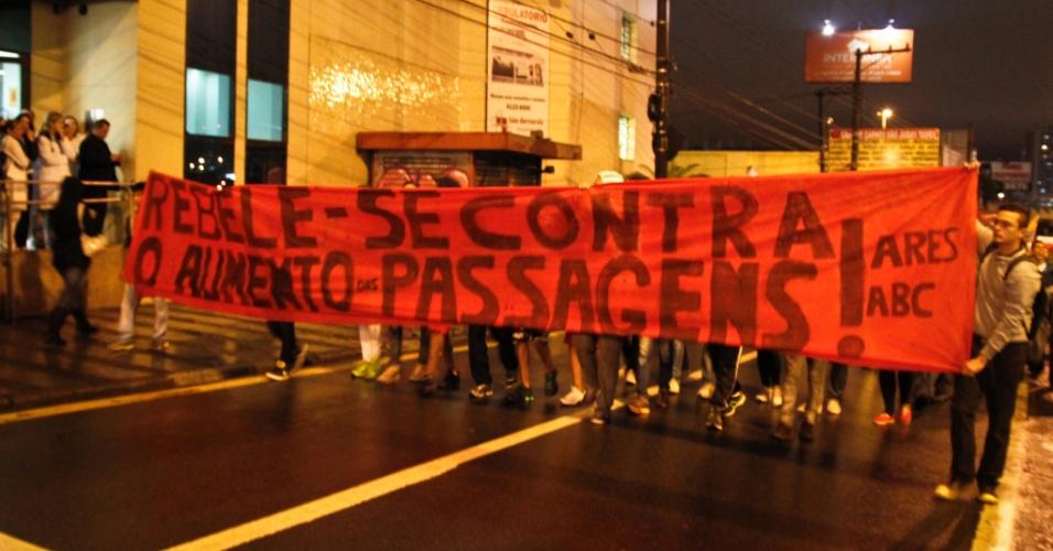 1º.jul.2013 - Protesto convocado pelo MPL (Movimento Passe Livre) em São Bernardo do Campo, no ABC Paulista, pediu a redução das tarifas do transporte público, dentre outras reivindicações. Houve confronto entre manifestantes e policiais