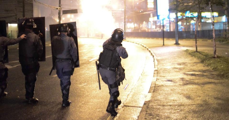1º.jul.2013 - Policiais entram em confronto com manifestantes em protesto realizado em São Bernardo do Campo, no ABC Paulista