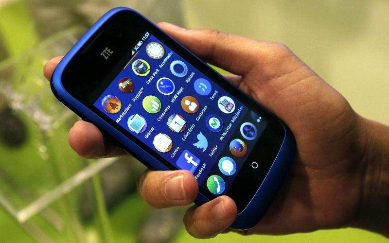 2.jul.2013 - A Mozilla lançou os primeiros smartphones com sistema operacional Firefox OS em parceria com as fabricantes ZTE e a Alcatel. O modelo acima, chamado ZTE Open, será vendido na Espanha por 69 euros (cerca de R$ 200). Ele tem 3,5 polegadas, processador Snapdragon de 1 GHz e câmera de 3,2 megapixels