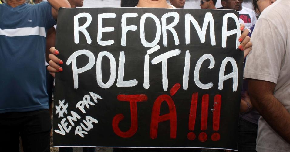 """2.jul.2013 - Manifestantes aproveitaram os festejos do Dois de Julho, que marca a independência da Bahia, para armar o protesto """"Viva a Liberdade e a Democracia da Bahia"""", em Salvador. O grupo seguiu com o cortejo cívico pelo bairro da Lapinha"""