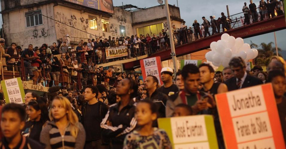 2.jul.2013 - Manifestantes do Complexo da Maré, Rio de Janeiro, durante protesto pelo fim da violência. Na semana passada dez pessoas morreram em uma operação policial na comunidade