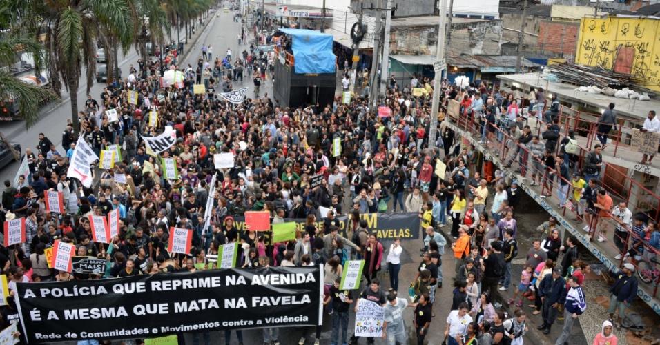 2.jul.2013 - Manifestantes do Complexo da Maré, Rio de Janeiro, interditam a pista lateral da avenida Brasil. O ato é pelo fim dos massacres e da marginalização da comunidade