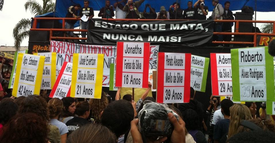 2.jul.2013 - Manifestantes levam placas com nomes de mortos na operação policial que aconteceu no Complexo da Maré, Rio de Janeiro, no mês passado. Os moradores também incluíram o nome do sargento do BOPE ( Batalhão de Operações Especiais) nos cartazes