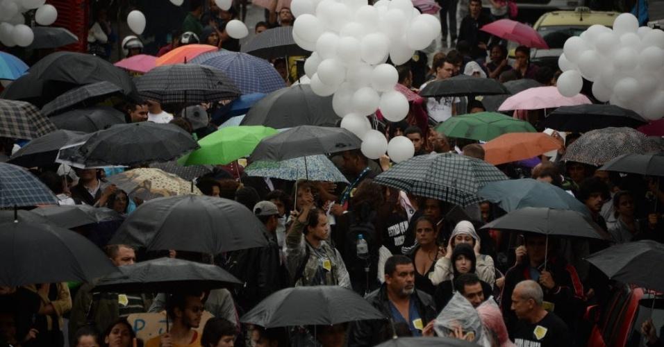2.jul.2013 - Moradores do Complexo da Maré, no Rio de Janeiro protestam contra a violência. Na semana passada, 10 pessoas morreram em uma operação policial na favela Nova Holanda, incluindo um sargento do BOPE (Batalhão de Operações Especiais)