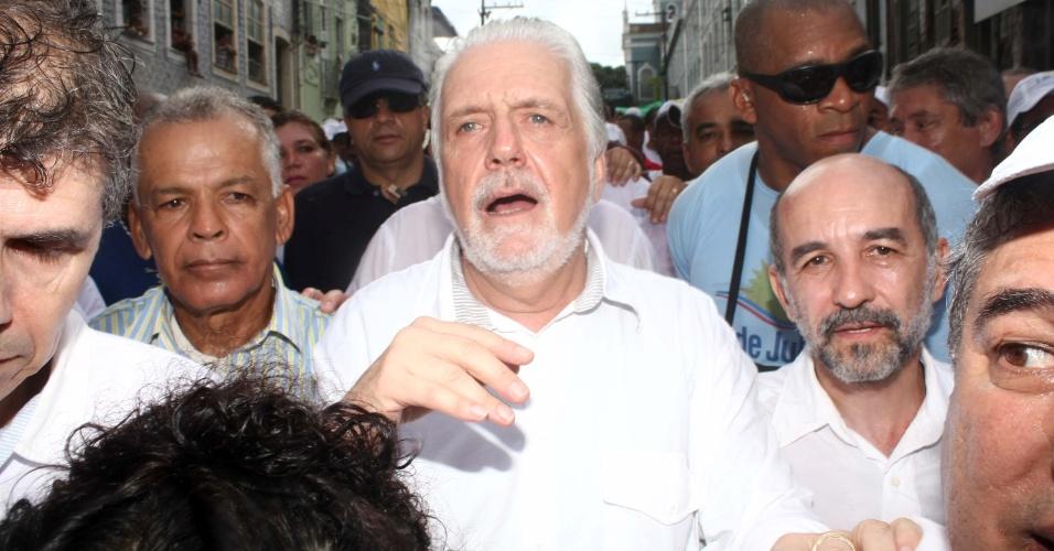 2.jul.2013 - O governador da Bahia, Jaques Wagner (PT), não faltou à comemoração do Dois de Julho, festa que marca a independência da Bahia, mesmo com os protestos que invadiram o cortejo pelo bairro da Lapinha, em Salvador