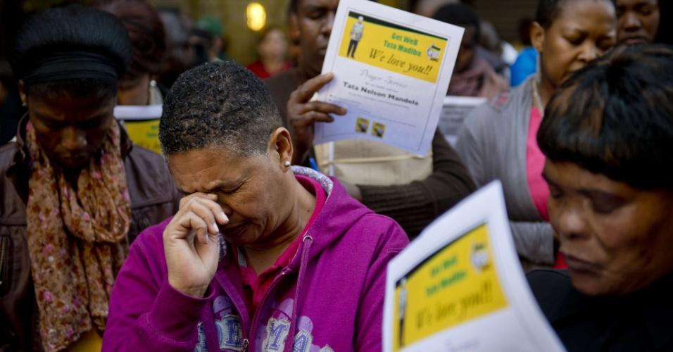 2.jul.2013 - Pessoas oram por Nelson Mandela, ex-presidente da África do Sul, em encontro religioso do lado de fora do Congresso Nacional sul-africano, em Johannesburgo, nesta terça-feira (2). Mandela segue internado em estado crítico, mas estável, em um hospital de Pretória