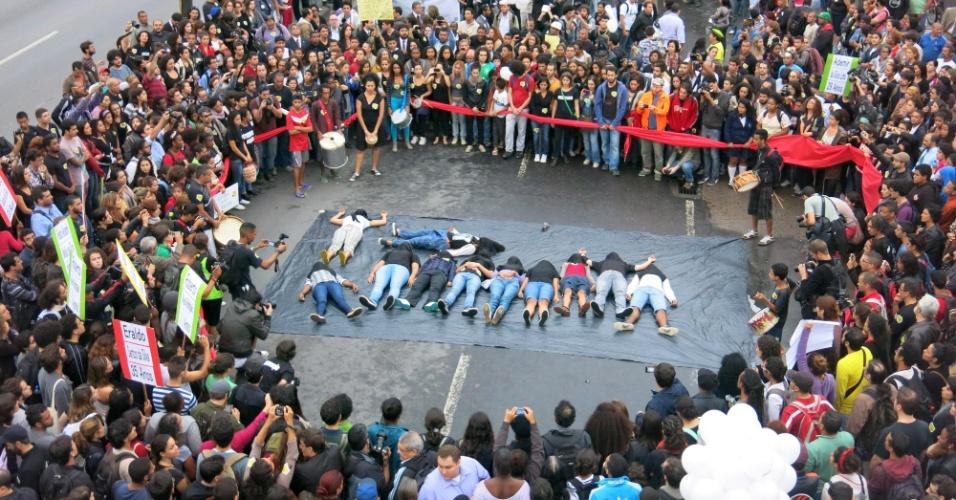 """2.jul.2013 - Projeto educacional """"Mão na Lata"""" faz intervenção em memória aos mortos na operação policial que aconteceu no Complexo da Maré, Rio de Janeiro, no mês passado"""
