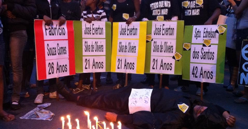 2.jul.2013 - Projeto Mão na Lata faz intervenção em memória aos mortos na operação policial que aconteceu no Complexo da Maré, Rio de Janeiro, no mês passado
