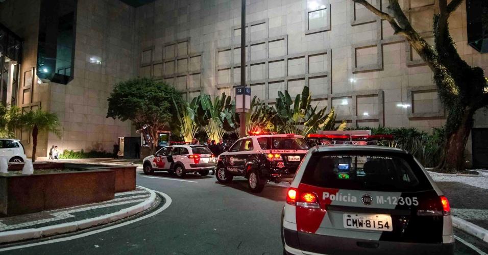 2.jul.2013 - Um bando de ao menos dez ladrões roubou no início da noite desta terça-feira (2) uma joalheria no shopping Morumbi, na zona oeste de São Paulo. Pouco antes das 19h, o grupo armado entrou na joalheria Sayegh, rendeu os funcionários e levou joias do mostruário da loja