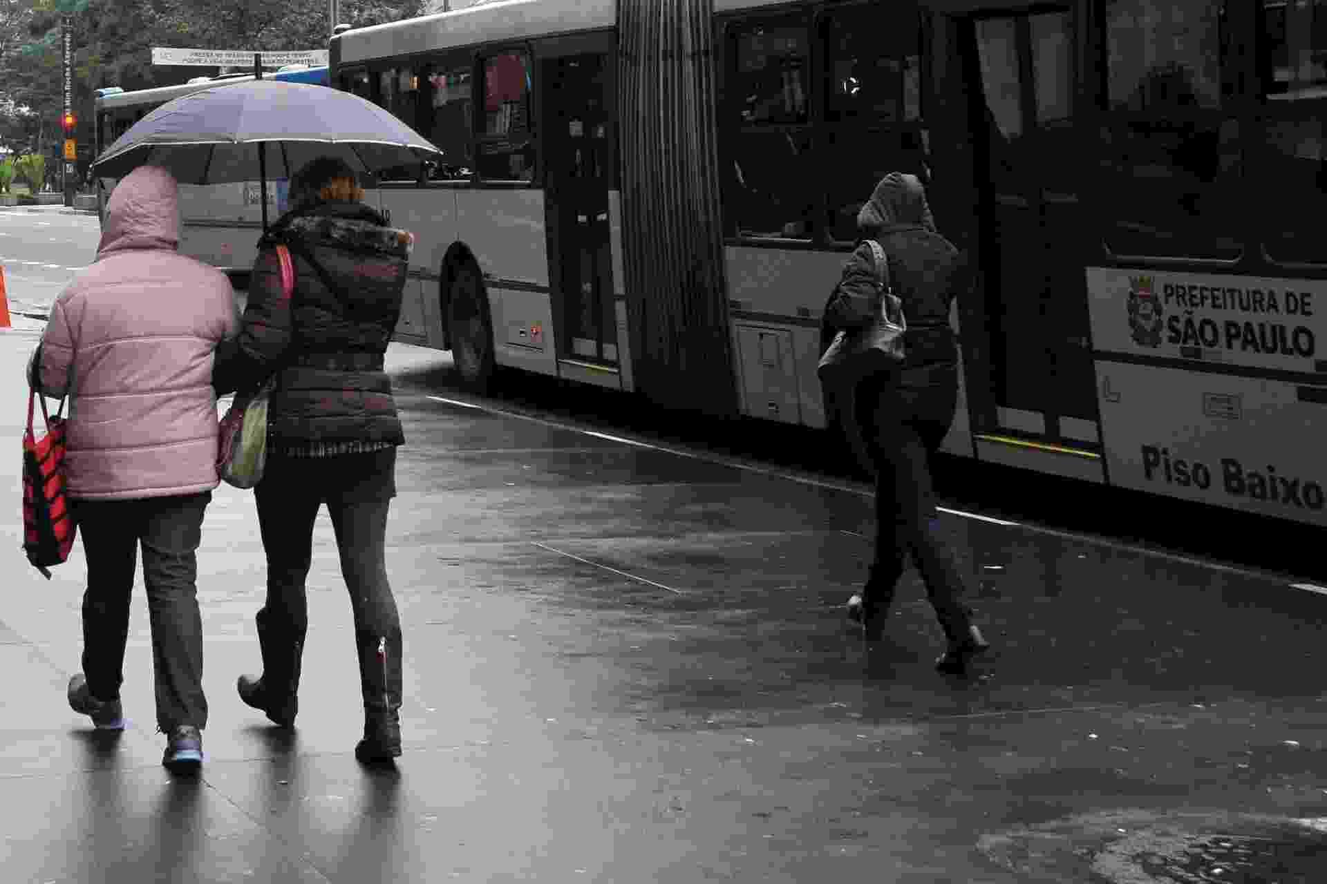 2.jul.2013- Pedestre enfrenta frio e garoa nesta terça-feira (2), na Avenida Paulista em São Paulo (SP). Os termômetros registram máxima de 16,2°C, a menor temperatura máxima do ano - J. Duran Machfee/Futura Press