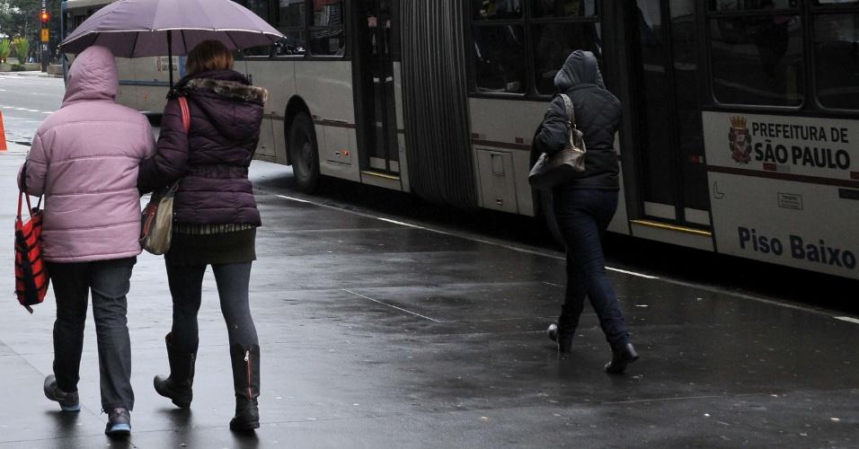 2.jul.2013- Pedestre enfrenta frio e garoa nesta terça-feira (2), na Avenida Paulista em São Paulo (SP). Os termômetros registram máxima de 16,2°C, a menor temperatura máxima do ano